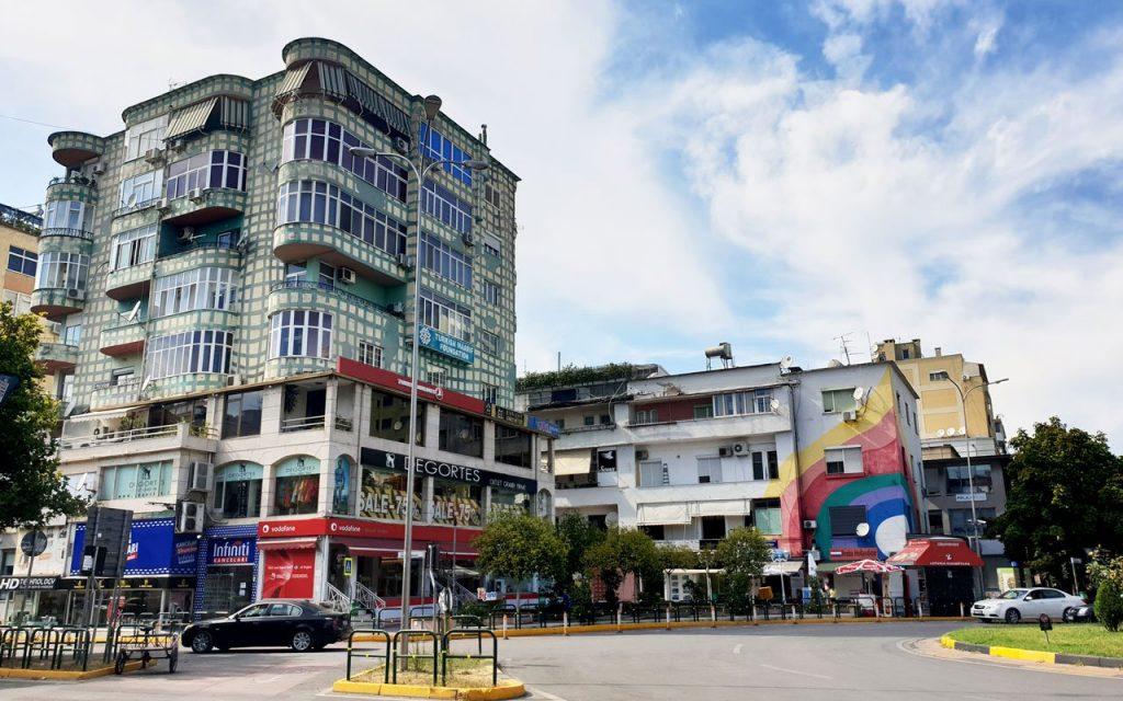 Piazza arcobaleno di Tirana, architettura e graffiti