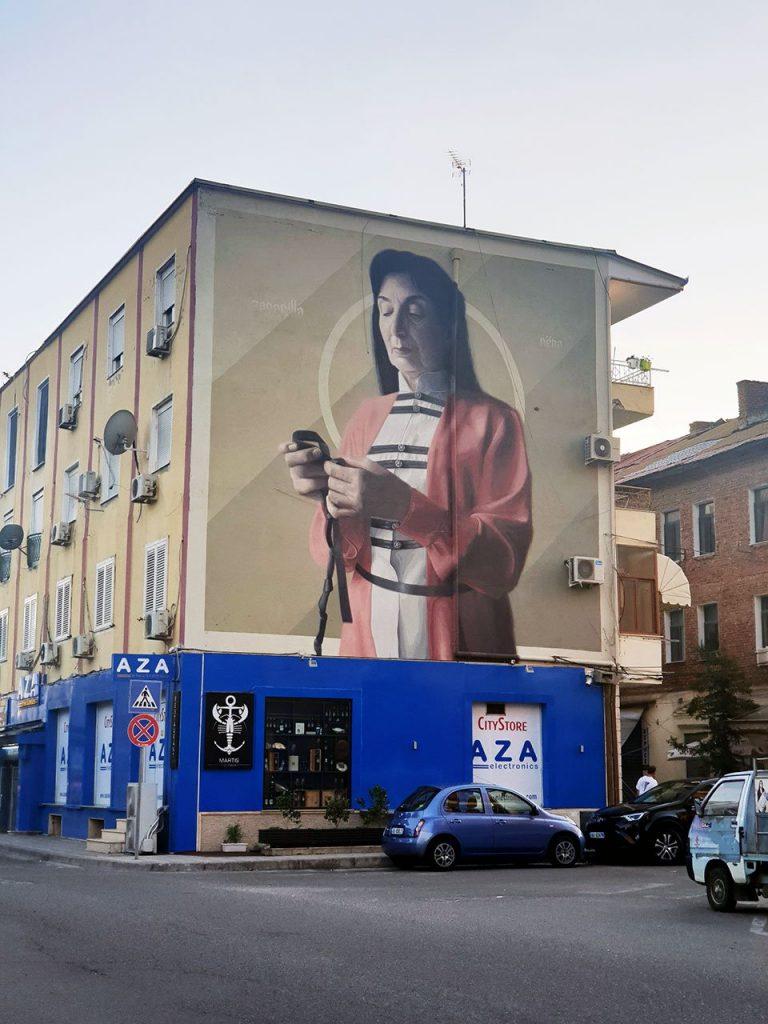 murales su facciata cieca di un edificio a tutta altezza per il festival della street art di Tirana, in Albania