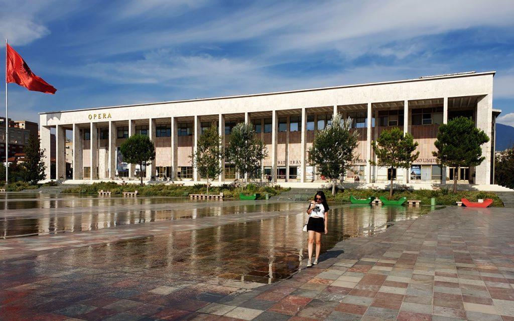 Piazza Skandeberg a Tirana con la bandiera rossa