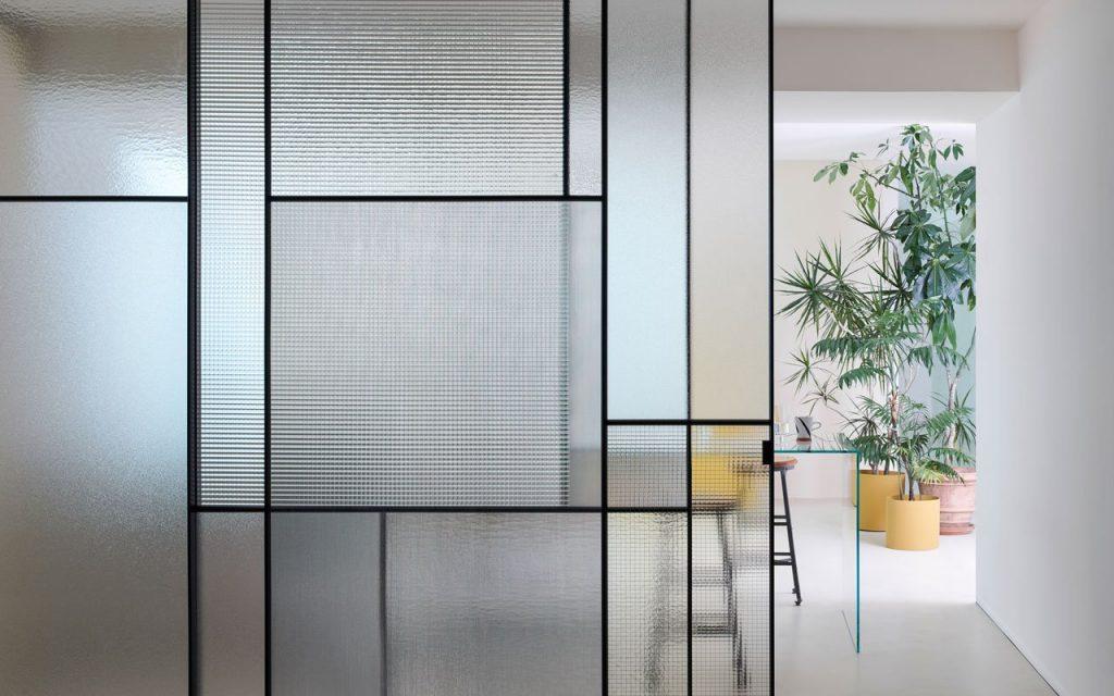 Dividere una stanza in due, senza muri, con un paravento e porta in vetro fisso Sherazade Patchwork di Glas Italia - design di Lissoni