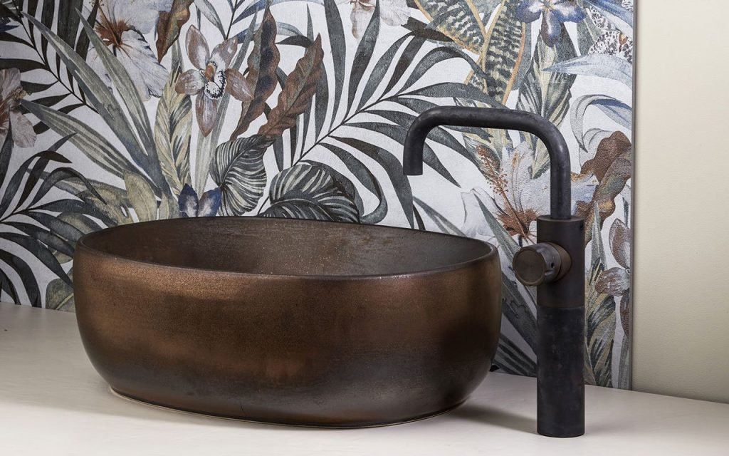 Rubinetti in acciaio Inox per un bagno moderno di Mina rubinetterie su lavabo in appoggio finitura baked inox